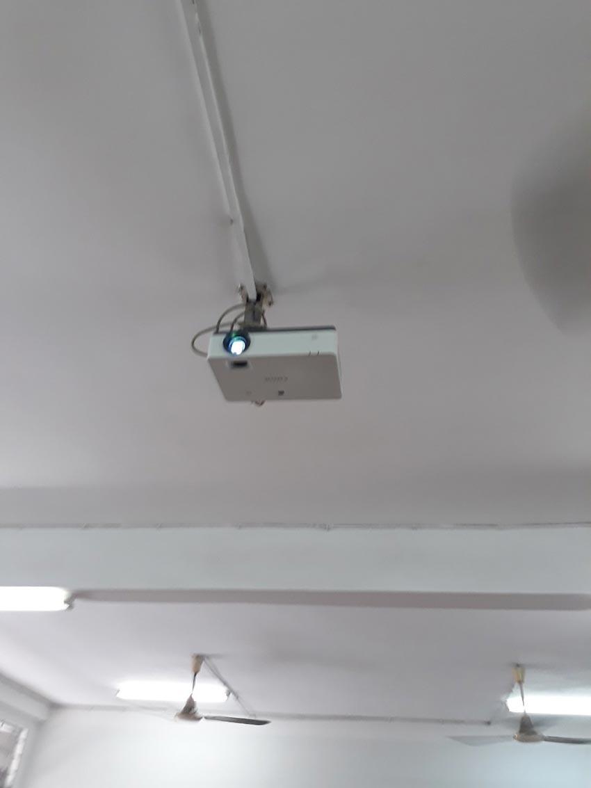 Hệ thống trình chiếu (máy chiếu, màn chiếu...) tại trường Đại học Sư phạm Thành phố Hồ Chí Minh