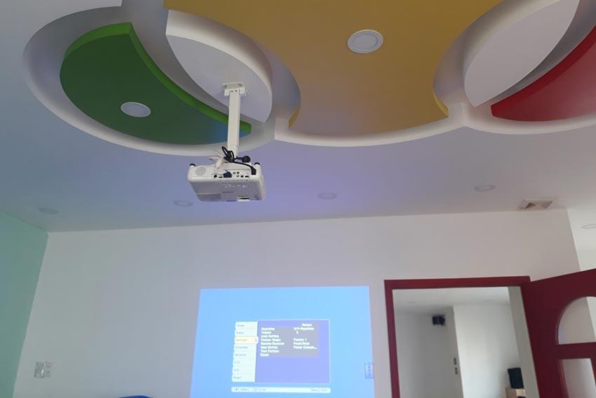 Hệ thống trình chiếu (máy chiếu, màn chiếu...) tại trường Mầm non Quốc tế Kindy City