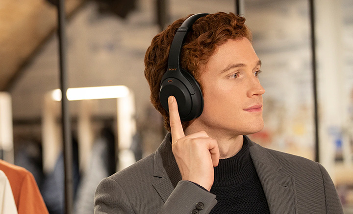Điều khiển tai nghe Hi-Res chống ồn Sony WH-1000XM4 một cách dễ dàng với cảm ứng chạm