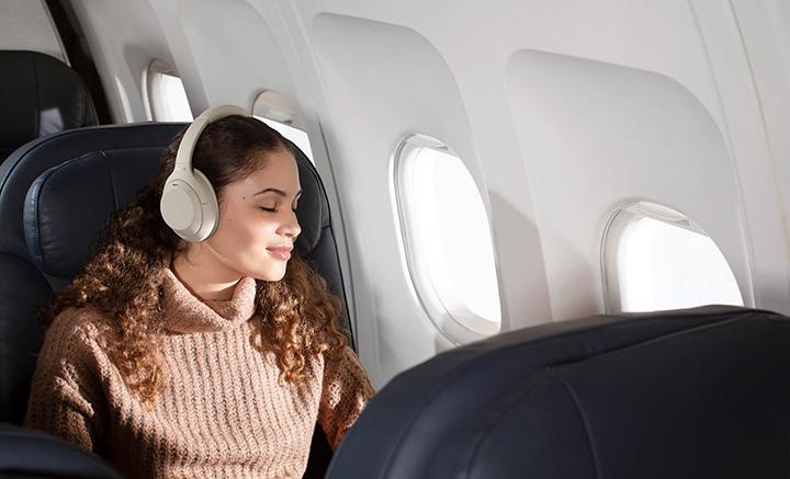 Tính năng tối ưu hóa áp suất khí quyển trên Sony WH-1000XM4 mang đến trải nghiệm âm thanh tuyệt vời nhất trên những chuyến hành trình dài