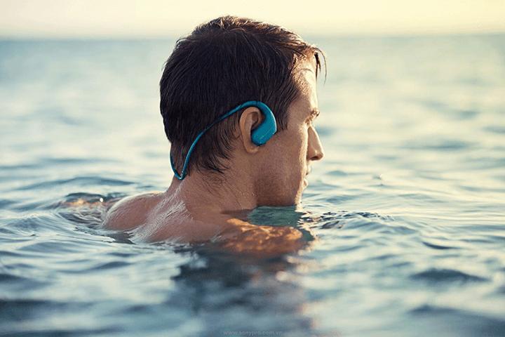 Sử dụng máy nghe nhạc Walkman NW-WS413 khi bơi lội