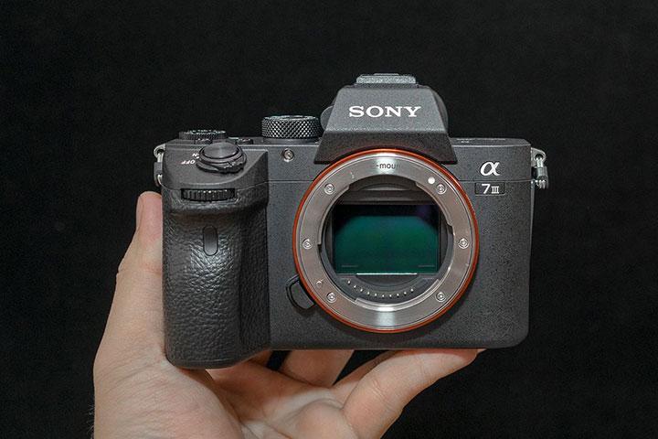 Máy ảnh Full Frame Sony Alpha A7 Mark III được thiết kế với khung hợp kim cho độ bền cao trong khi vẫn giữ được trọng lượng nhẹ