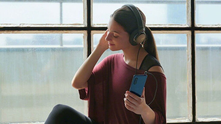 Tận hưởng âm nhạc qua chiếc tai nghe một cách chân thật